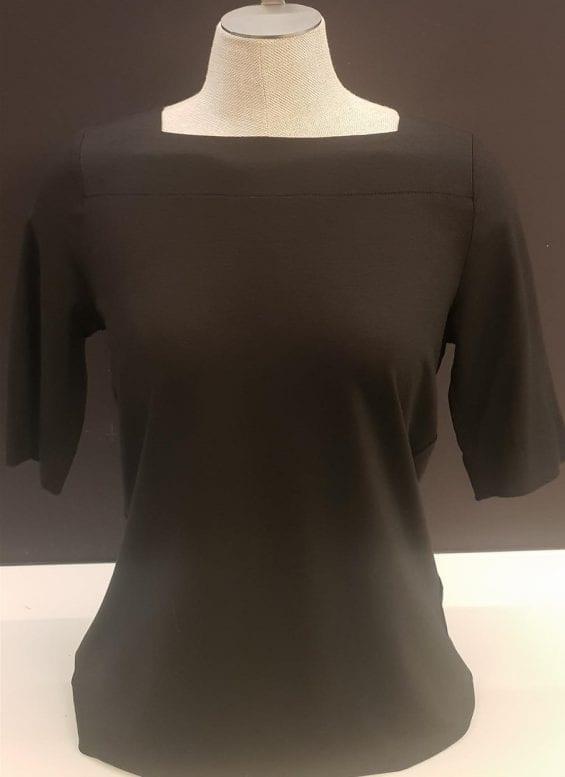 T-shirt zwart met vierkanten halsuitsnijding