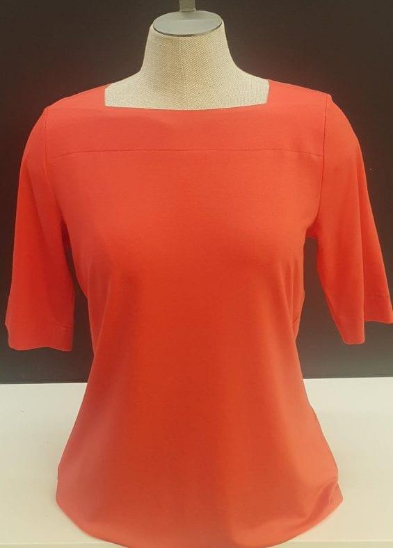 T-shirt rood met vierkanten halsuitsnijding