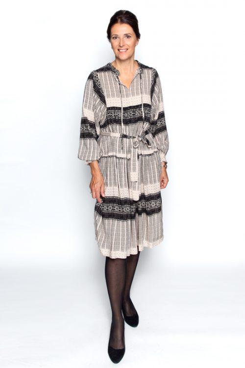 Halflange jurk met beigezwarte print
